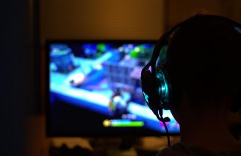 Computerspiel und Kopf von hinte
